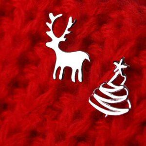 Pendientes de botón de árbol de Navidad de ciervos pequeños lindos para mujeres niñas color plateado