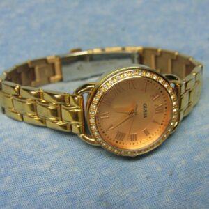 Reloj GUESS resistente al agua con gemas doradas y batería nueva para mujer